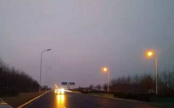 出行不便 道路改造完俩月路灯不亮毛刺